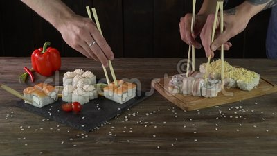 Servindo rolos de sushi sobre a mesa filme