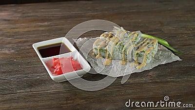 Servindo rolos de sushi sobre a mesa vídeos de arquivo