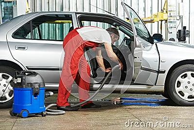 Serviço da limpeza do vácuo do automóvel limpo