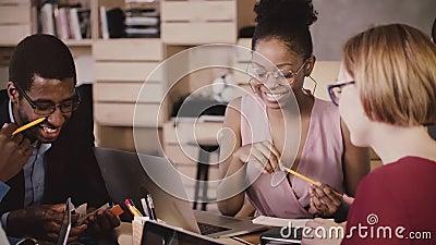 Sessão de reflexão fêmea afro-americano alegre do gerente com os colegas multi-étnicos felizes no escritório saudável do sótão mo filme