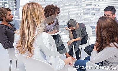 Session de thérapie de groupe avec un pleurer de femme