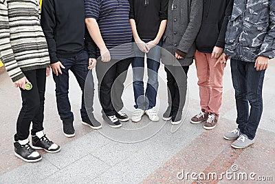 Sete adolescentes que permanecem junto.