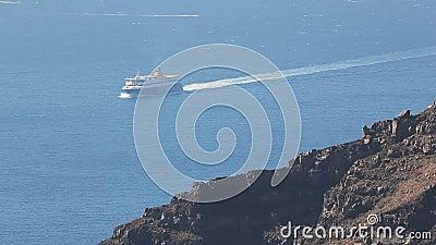 Setzen Sie tragende Passagiere des Schiffes und Fracht zwischen Inseln, öffentliche Transportmittel über stock footage