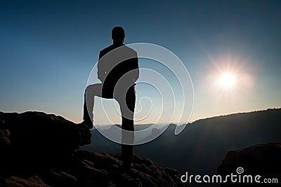 Seul randonneur masculin dans le paysage de montagne au coucher du soleil l 39 horizon beau - Palpitations le soir au coucher ...
