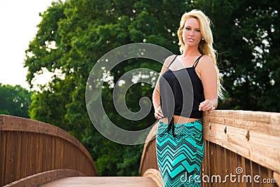 Sexig blond modemodell på en bro