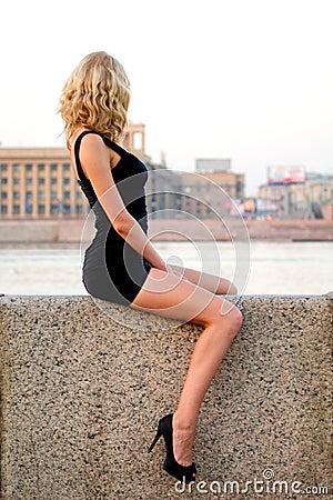 Sexig sitiing kvinna
