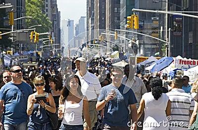 Sexta muchedumbre de la avenida Imagen de archivo editorial
