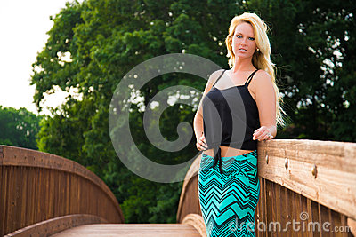 Sexy blondemannequin op een brug