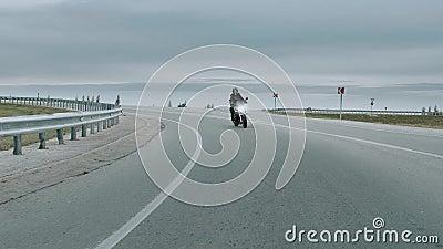 Sexy girl à moto, concept aventure liberté. 4 000 fps clips vidéos