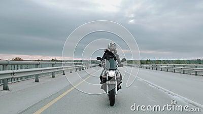 Sexy girl à moto, concept aventure liberté. 50 fps Mouvement lent banque de vidéos