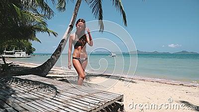Sexy girl in bikini wandelt sibaltan tropisch strand stock videobeelden