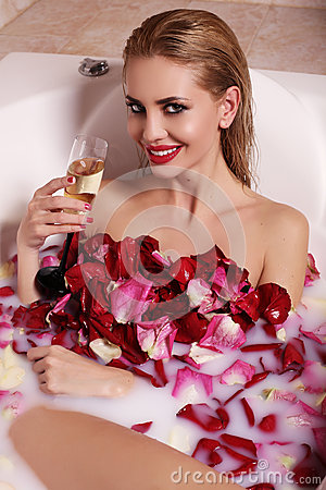 sexy herrliche frau mit dem blonden haar, das im badezimmer mit, Hause ideen