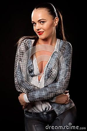 Sexy uitvoerende vrouw met bodypaint