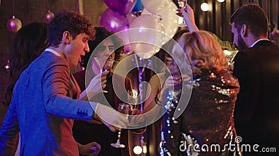 Sexy und attraktiv mit einer kurzen Hahablonde Dame auf Party Spaß am Abend mit Freunden in der Nähe der Kamera, sie sie mit der  stock video