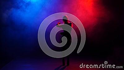 Sexy van gaan-ga danser het presteren op stadium in verstralers stock videobeelden