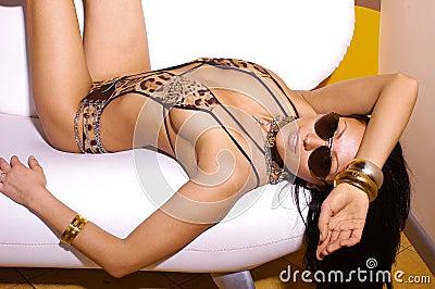 Sexy vrouw in luipaardbikini