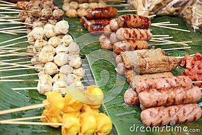 Sfera di carne tailandese di stile sulla griglia