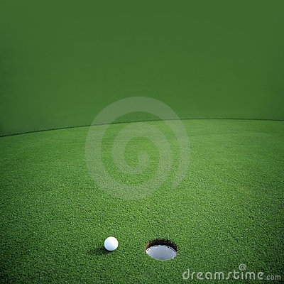 Sfera di golf su verde