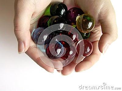 Sfere colorate del bagno in mani