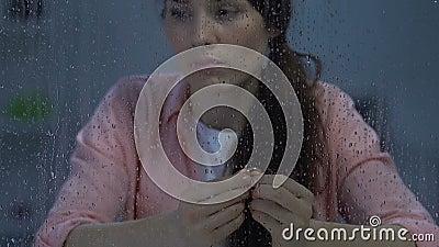 Sfrustowany żeński mienie pierścionek zaręczynowy, cierpienie po bolesnego rozbicia zbiory wideo