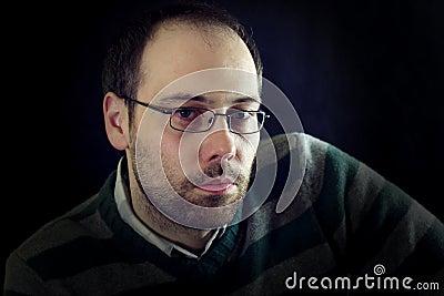 Sguardo serio o malinconico di un uomo con la barba