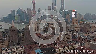Shanghai, China - 22 de março de 2018: Distrito de Haungpu e de Lujiazui China Silhueta do homem de neg?cio Cowering O zang?o voa video estoque