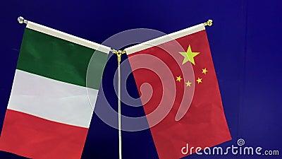 19-09-2018 Shanghai, China - italienisch und chinesische Flaggen, die auf einem blauen Hintergrund vawing sind stock footage