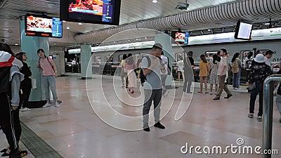 Shanghai, Kina - 28 september 2019: Modern tunnelbana i Shanghai, syn på plattformsytan, oidentifierade människor går runt arkivfilmer