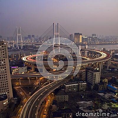 Arhitektura koja spaja ljude - Mostovi Shanghai-traffic-nanpu-bridge-night-12542189