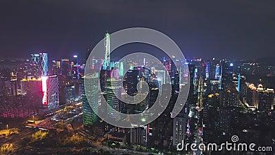 Shenzhen, China - 30. März 2019: Städtische Stadt und helle Show r Schattenbild des kauernden Gesch?ftsmannes Decken Sie Schuss a stock video footage
