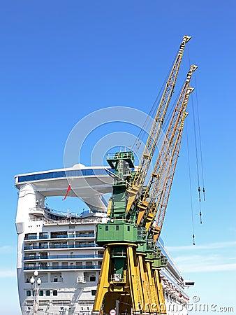 Free Shipyard Cranes Royalty Free Stock Photo - 15325755