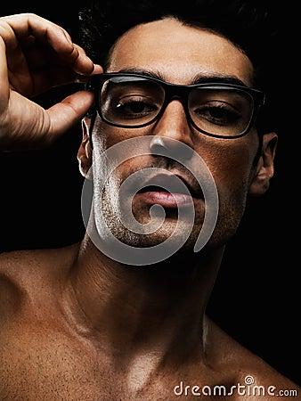 Shirtless jonge mens die bril draagt