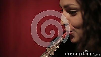 Shisha de tabagisme ou narguilé de femme Arabe Fin vers le haut clips vidéos