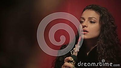 Shisha de tabagisme ou narguilé de femme Arabe Fin vers le haut banque de vidéos