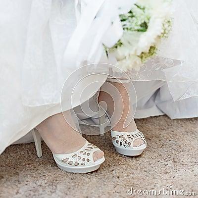 العرايس shoes-of-bride-under-wedding-dress-thumb15717226.jpg