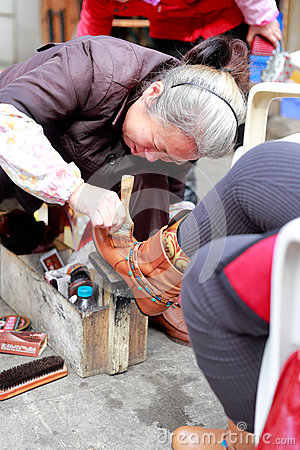 Free Shoeshine Woman Royalty Free Stock Photos - 70557908
