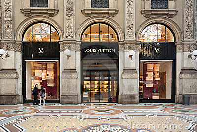 SHOPPING: Louis Vuitton boutique, Milan Editorial Photography