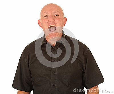 Shouting calvo irritado do homem
