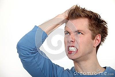 Shouting irritado do homem