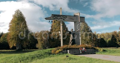 Shunevka, región de Vitebsk, Bielorrusia El complejo conmemorativo 'maldición del fascismo 'es complejo conmemorativo en el sitio metrajes