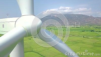 Siła wiatru turbinowy generator zamknięty w górę Przegląda z góry latać trutnia wiatraczka turbinowy wirować na eco energetycznej zdjęcie wideo