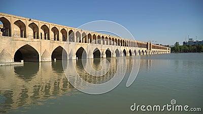 Si-o-Se Pol oder Brücke von 33 Bögen, eine der ältesten Brücken von Esfahan, Iran stock footage