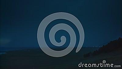 Sibirien Baikal, åskväder med blixt på berigen av Lake Baikal arkivfilmer