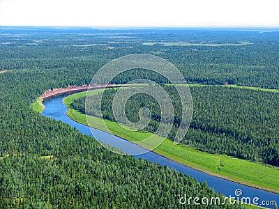 Luftaufnahme über sibirische taiga landschaft von einem hubschrauber