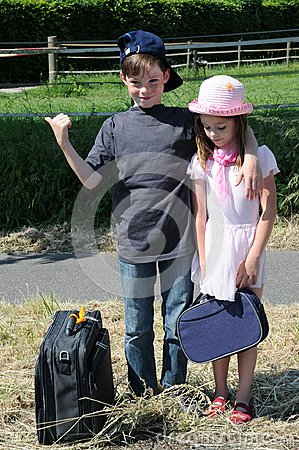 Free Siblings On The Way In Summer Vacation Royalty Free Stock Images - 109070919