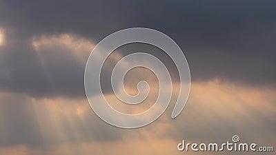 Sich schnell bewegender Glättungszeitspannefilm der wolke 4k, graues weißes erstaunliches Glühenlicht des dunklen Sonnenuntergang stock footage