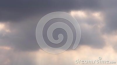 Sich schnell bewegender Glättungszeitspannefilm der wolke 4k, graues weißes erstaunliches Glühenlicht des dunklen Sonnenuntergang stock video