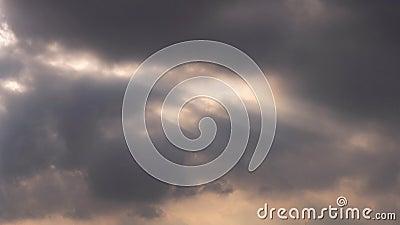 Sich schnell bewegender Glättungszeitspannefilm der wolke 4k, graues weißes erstaunliches Glühenlicht des dunklen Sonnenuntergang stock video footage