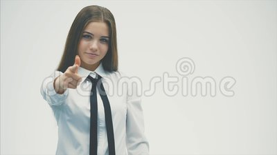 Sicher eine junge Frau von europäischen Standards Das Tragen eines weißen Hemdes untersucht sorgfältig die Kamera Getrennt auf ei stock video