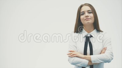 Sicher eine junge Frau von europäischen Standards Das Tragen eines weißen Hemdes untersucht sorgfältig die Kamera Getrennt auf ei stock footage